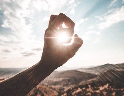 Soleil dans un ok d'une main
